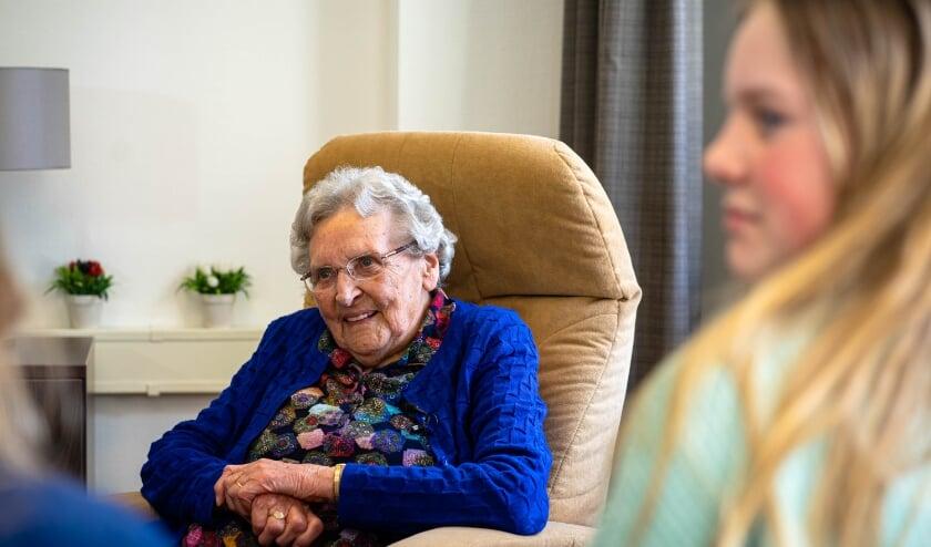 Jong en (g)oud: Ontmoeting tussen mevrouw Groot-Wesseldijk (101) en vijf kinderen